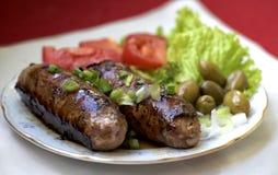 Мальтийсные сосиски гриля служили на таблице с овощами Сосиски гриля Bbq сосисок Стоковая Фотография
