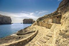 Мальтийсный seascape, с домами спрятанными шлюпки стоковые фото