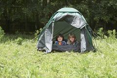 2 мальчика лежа в шатре стоковые фото