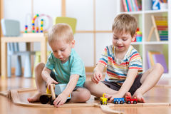 2 мальчика детей играя игру роли в daycare стоковые изображения rf
