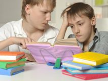 2 мальчика делая домашнюю работу Стоковое фото RF