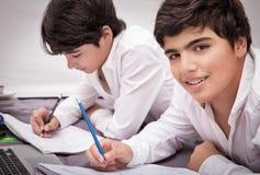 2 мальчика делая домашнюю работу Стоковая Фотография