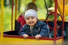 2 мальчика играют в поезде Стоковые Изображения