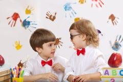2 мальчика играют совместно Стоковое Изображение