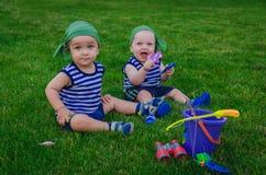 2 мальчика играя в рыболовах малышей сидя на fre Стоковые Фото