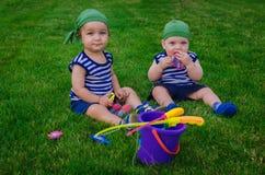2 мальчика играя в рыболовах малышей сидя на fre Стоковое фото RF