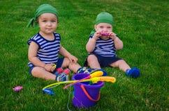 2 мальчика играя в рыболовах малышей сидя на fre Стоковые Изображения RF