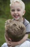 2 мальчика играя и имея потеху Стоковые Фото