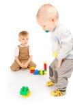 2 мальчика играя с блоками Стоковые Изображения