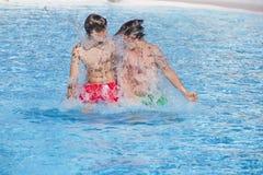 2 мальчика имеют славное время в бассейне Стоковые Изображения