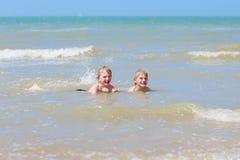 2 мальчика имея потеху в море Стоковое Изображение