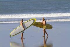 2 мальчика идут заниматься серфингом Стоковое Изображение RF