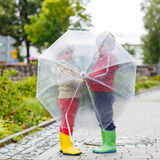 2 мальчика маленького ребенка с большим зонтиком outdoors Стоковое фото RF