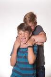 2 мальчика обнимая/душащего один другого Стоковая Фотография RF