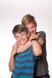2 мальчика обнимая/душащего один другого Стоковое фото RF