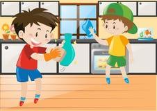 2 мальчика очищая в кухне Стоковые Фотографии RF