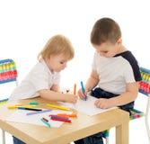 2 мальчика рисуют Стоковые Изображения RF