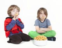 2 мальчика с слойками арахиса Стоковая Фотография RF