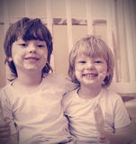 2 мальчика с щеткой стоковые изображения