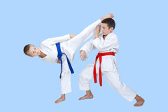 2 мальчика тренируют круговые пинок и блок Стоковая Фотография RF