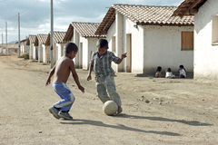 Мальчики латиноамериканца играя футбол в улице, Никарагуа Стоковые Изображения RF