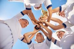 Мальчики выигрывая футбольный матч Стоковая Фотография RF