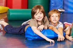 Мальчики в спортзале на подушке Стоковое фото RF