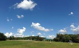 Мальчики в футболе игры тайского студента равномерном на спортивной площадке и небо в Khao Kho, Таиланде стоковое изображение rf