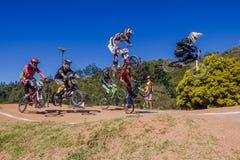 Мальчики гонки велосипеда BMX поднимать воздух Стоковые Фото