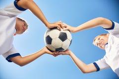 Мальчики держа шарик футбола Стоковое фото RF