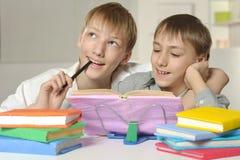 Мальчики делая домашнюю работу Стоковая Фотография RF