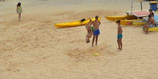Мальчики делая прыжки кувырком на пляже на Лагосе Стоковые Фото