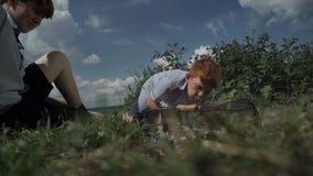 Мальчики жаря сосиски на пикнике акции видеоматериалы
