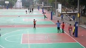 Мальчики играя баскетбол в университете Tunghai HD