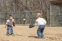 Мальчики играя бейсбол Стоковое Изображение RF