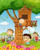 Мальчики играя в саде Стоковое Изображение