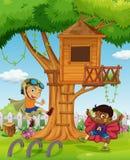 Мальчики играя в саде Стоковые Изображения RF