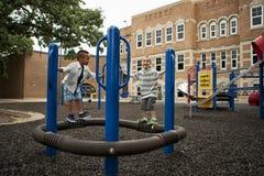 Мальчики играя на спортивной площадке Стоковое Изображение