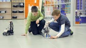 Мальчики играя с комплектом конструкции видеоматериал