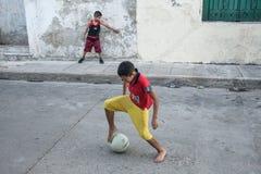 Мальчики играя футбол улицы Стоковые Изображения RF