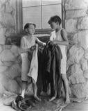 Мальчики извлекая их снаружи одежд (все показанные люди более длинные живущие и никакое имущество не существует Гарантии поставщи Стоковые Фото