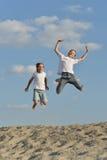 Мальчики имея потеху на пляже Стоковое Фото