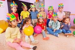 Мальчики и девушки детей сидят в круге с игрушками Стоковая Фотография
