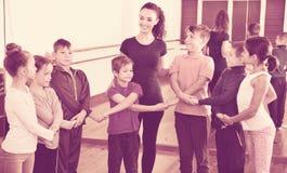 Мальчики и девушки изучая народный танец в студии Стоковые Фото