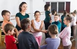 Мальчики и девушки изучая народный танец в студии Стоковое фото RF