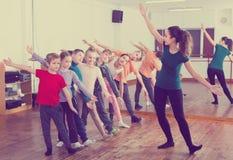 Мальчики и девушки изучая танец contemp Стоковая Фотография