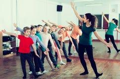 Мальчики и девушки изучая танец contemp Стоковое фото RF