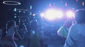 Мальчики и девушки на танце повторения сцены двигают после актеров хозяина в комнате события сток-видео