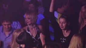 Мальчики и девушки танцуя на партии на клубе видеоматериал