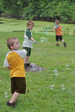 3 мальчики и пузыря Стоковая Фотография